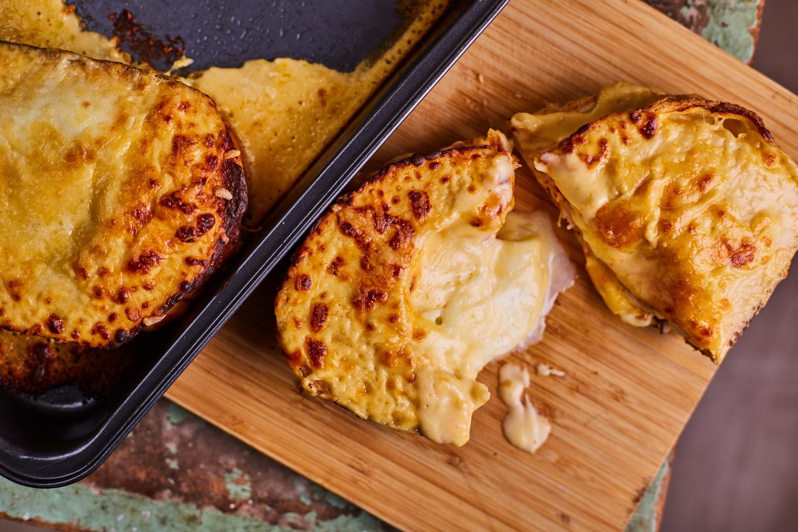 Nagyon sajtos szendvics tálalása