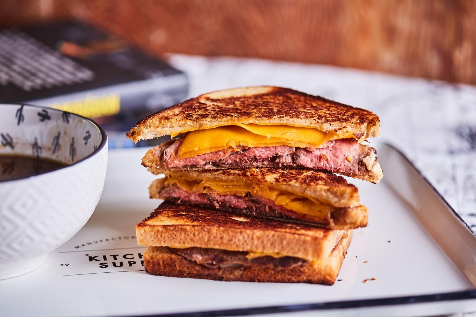 Steak & Cheese szendvics tálalása