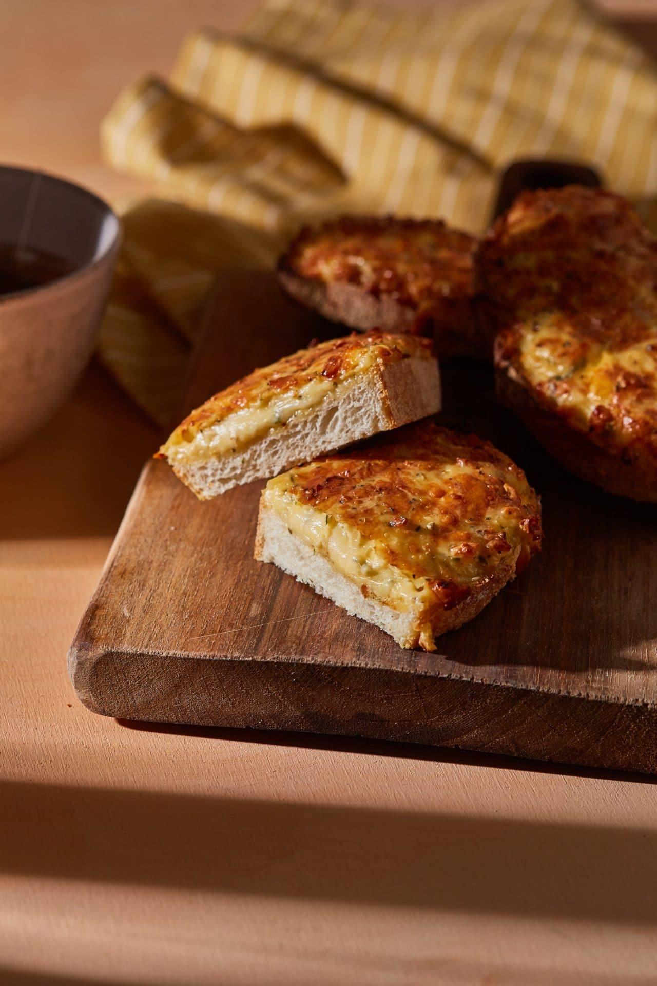Zöldfűszeres sajtos melegszendvics