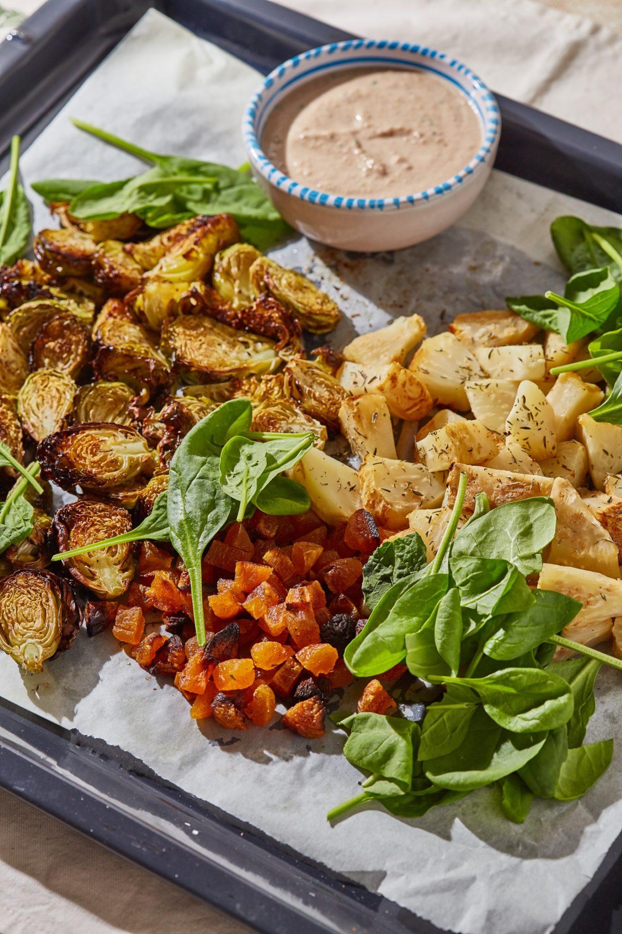 zeller-kelbimbó saláta házi diójoghurttal, aszalt barackkal