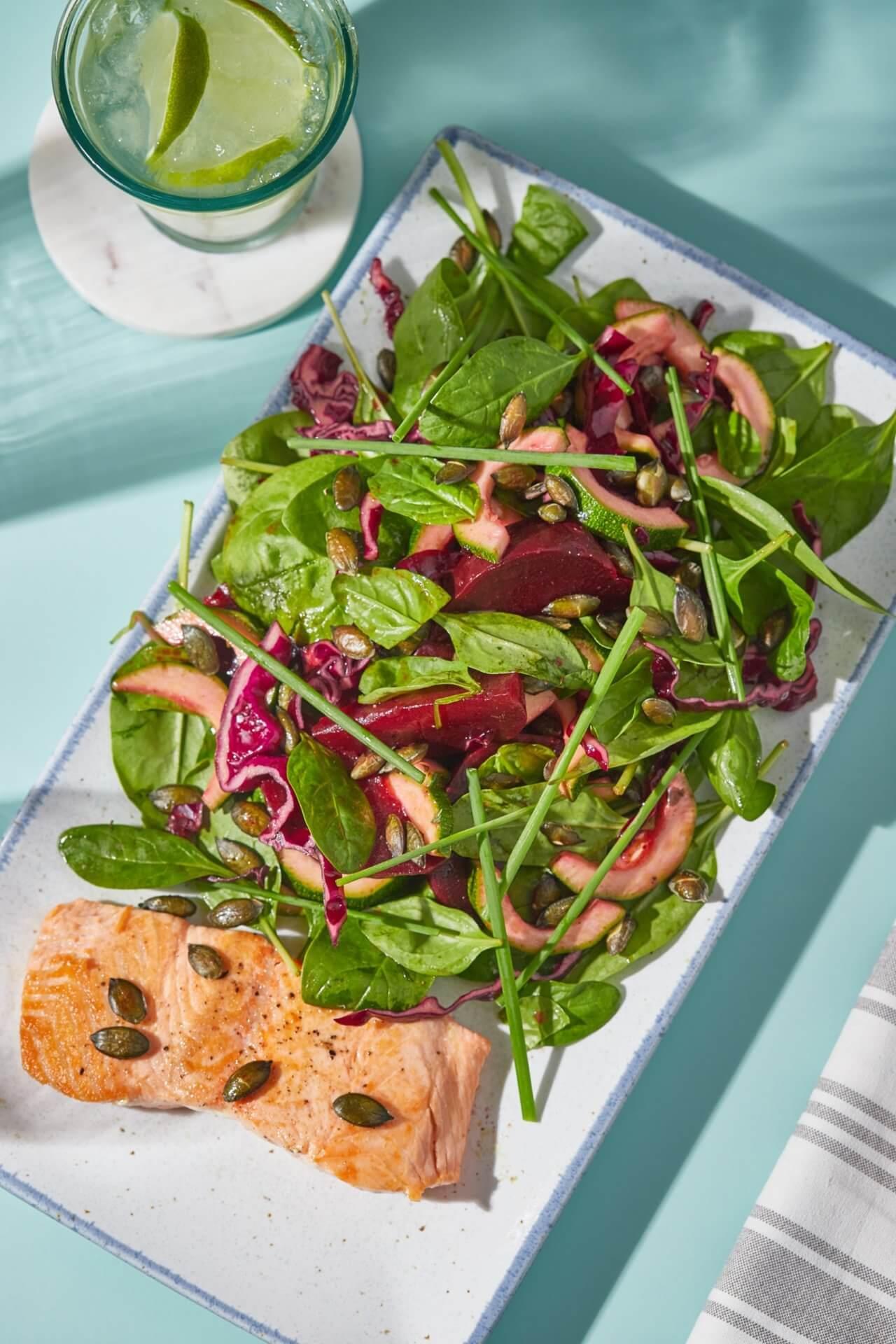 Lazac céklás-tökmagos salátával