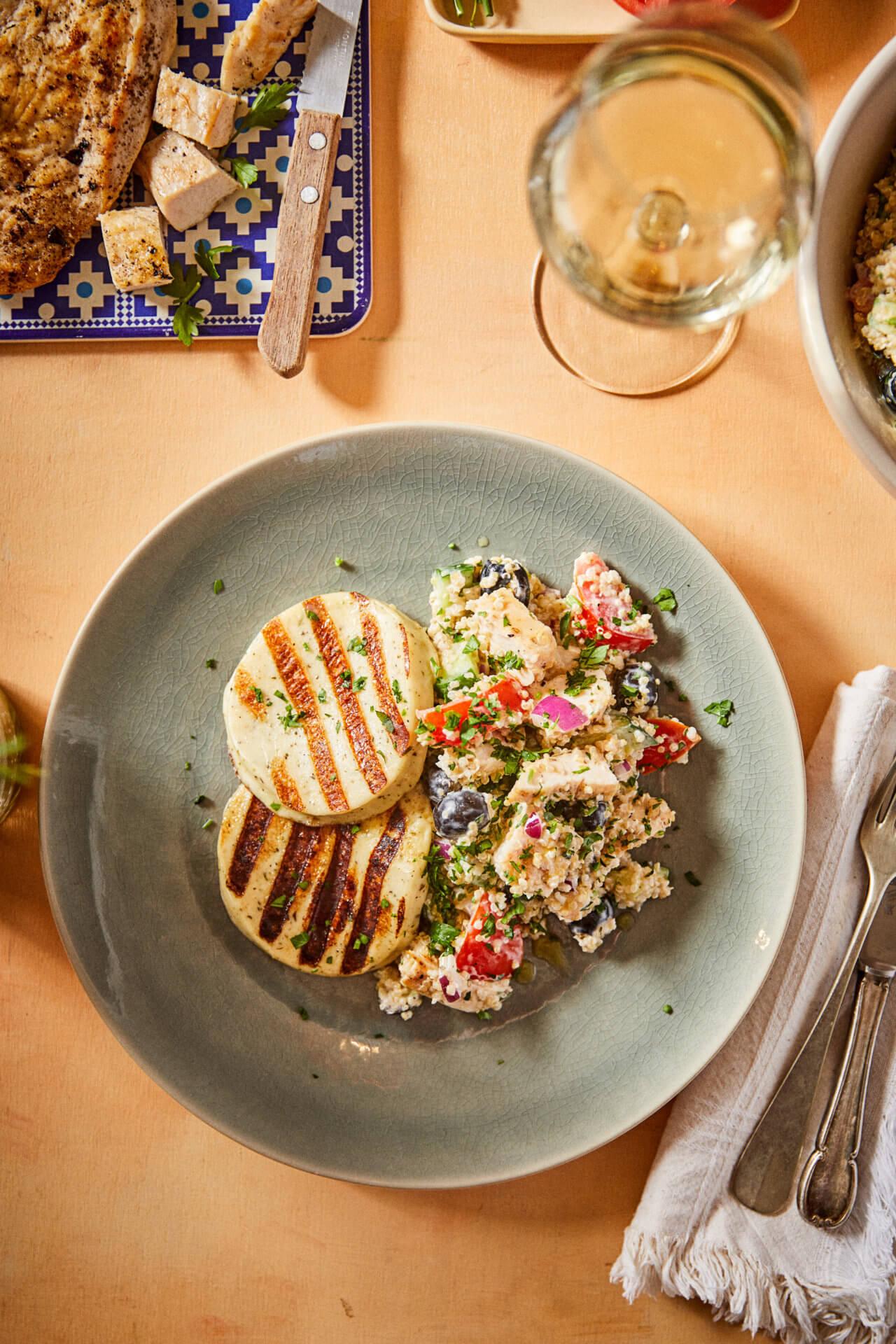 Grillezett csirke-mozzarella saláta görögös quinoa salátával