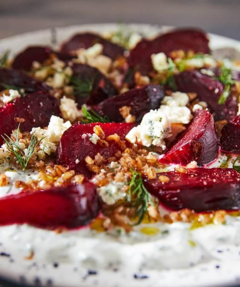Sültcékla-saláta zöldfűszeres joghurttal