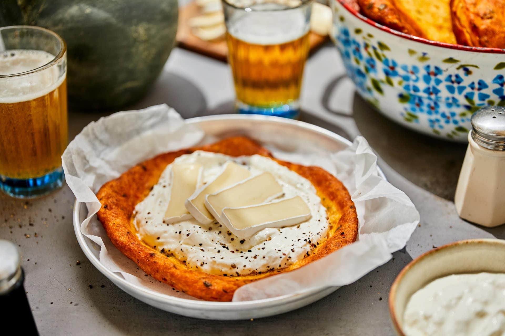 édesburgonyás-zöldfűszeres lángos, tejföllel és camembert-rel