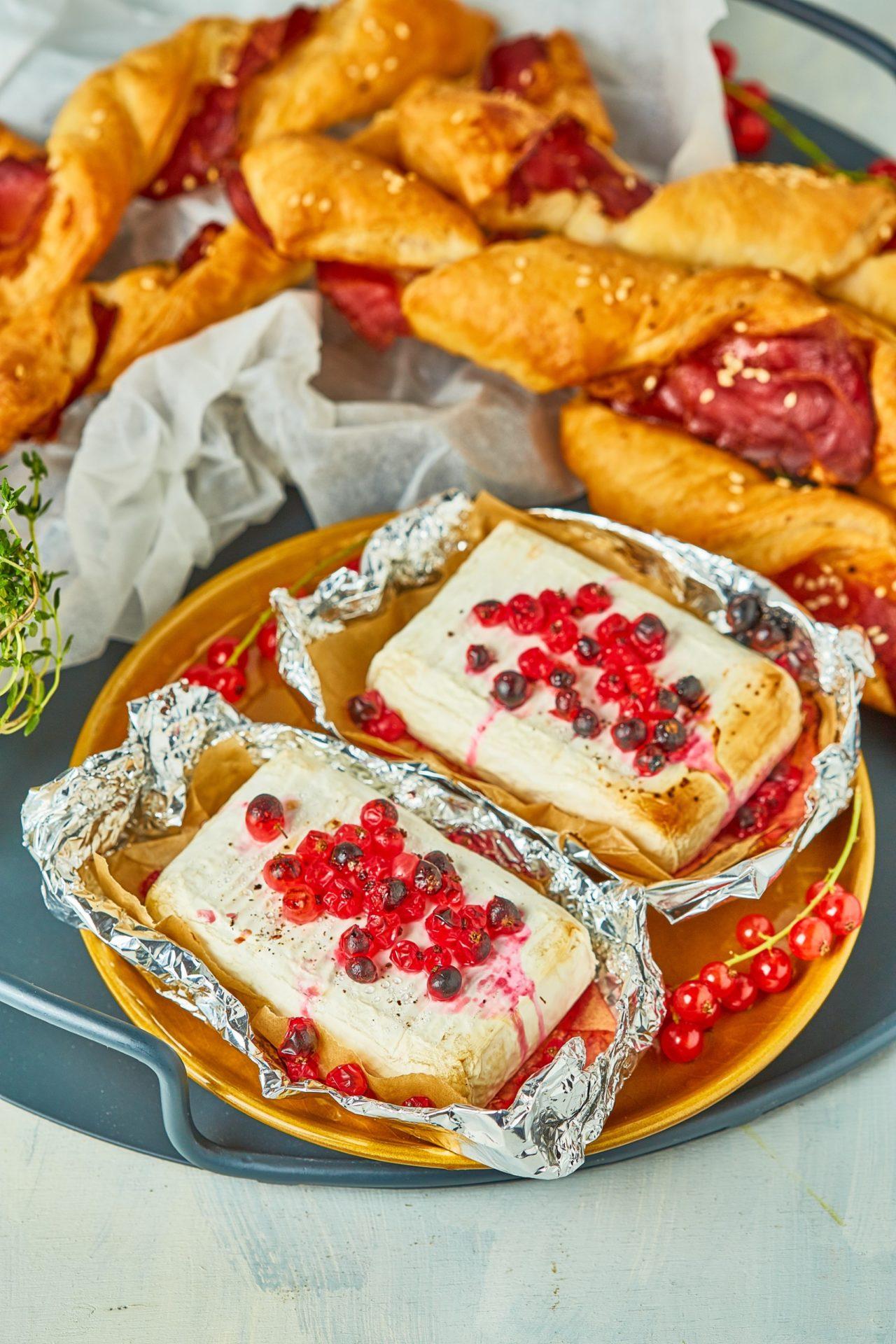 Ribizlis sült camembert kakukkfüves-pármai sonkás twisttel
