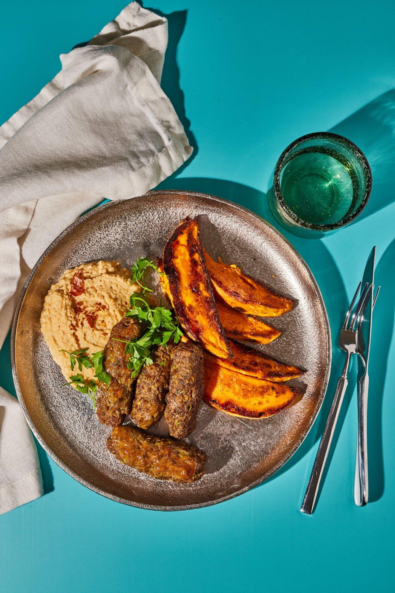 Arabos marharolád mogyoróvajas hummusszal és fűszeres édesburgonyával
