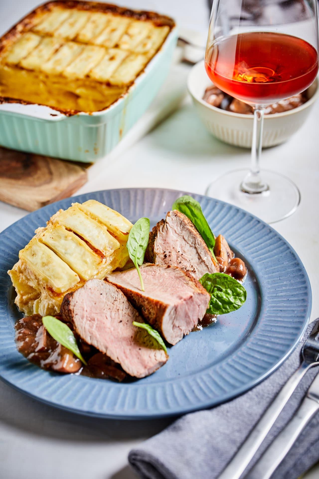 Sertésszűz gratin burgonyával és vörösboros gombaraguval